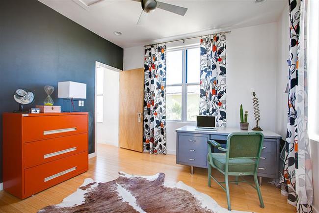 Оранжевый шкаф в эклектическом офисе.