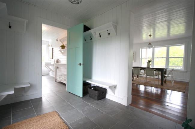 Светло-голубая межкомнатная дверь в интерьере частного дома.