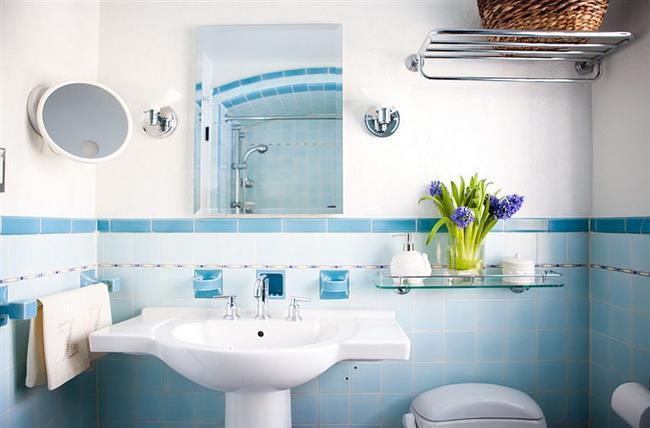 Эклектическая ванная с голубой плиткой.
