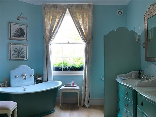 Эклектическая ванная в голубых тонах.