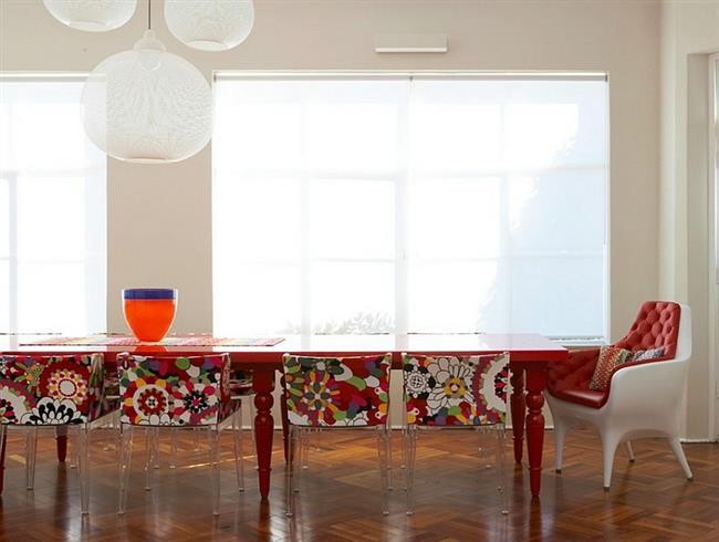 Яркие стулья и стильные светильники в украшении гостиной.