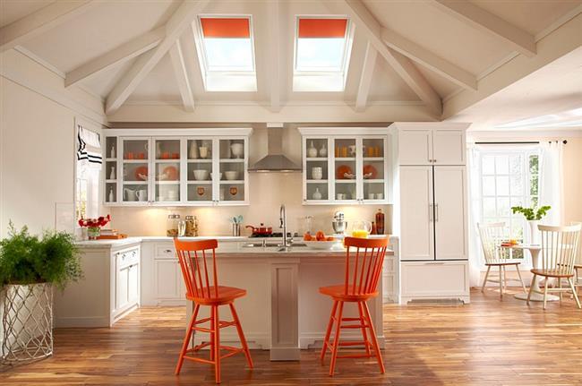 Мансардные окна с яркими оранжевыми жалюзи.