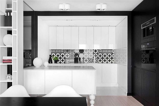 Минималистическая кухонная мебель в черно-белых цветах.
