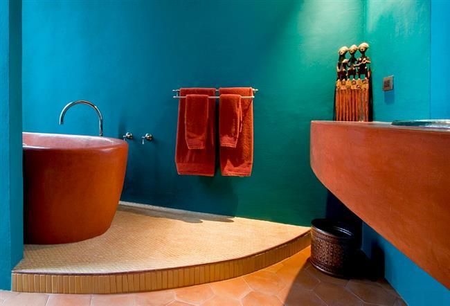 Ванная комната в голубых и оранжевых цветах.