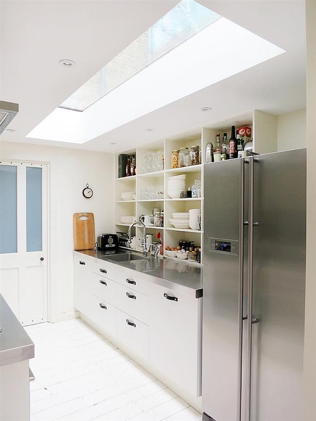 Узкая кухня с прямоугольным мансардным окном.