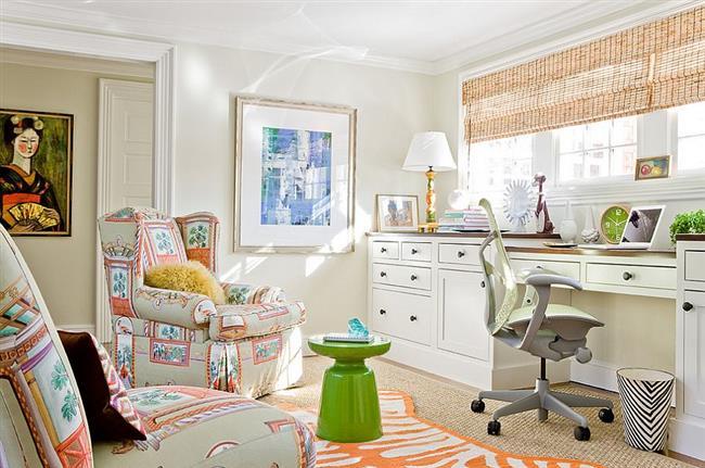 Мягкая мебель и напольное покрытие с оранжевыми узорами.