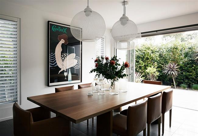Светильники белого цвета в интерьере элегантной столовой.