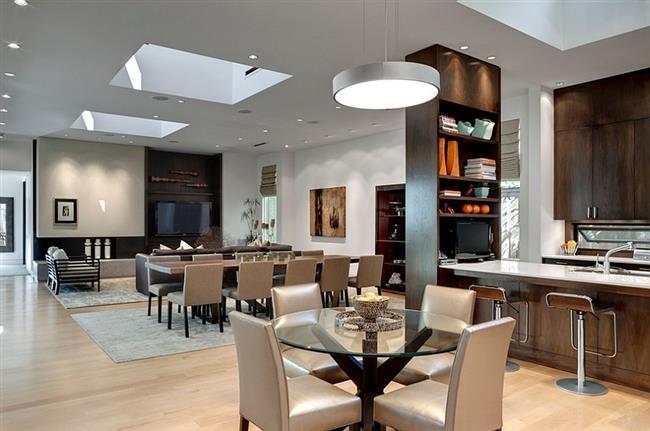 Современная столовая с просторными окнами в потолке.