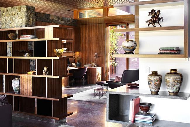 Стильный кабинет, отделенный от гостиной книжными полками.