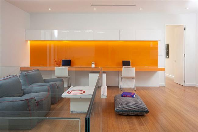 Оранжевый цвет в минималистическом офисе.