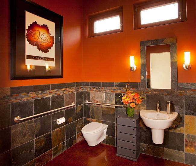 Стильная ванная с оранжевыми стенами.