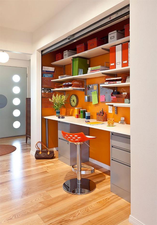 Современный офис с яркой оранжевой стеной.