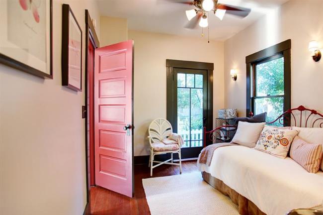 Стильная дверь яркого кораллового цвета.