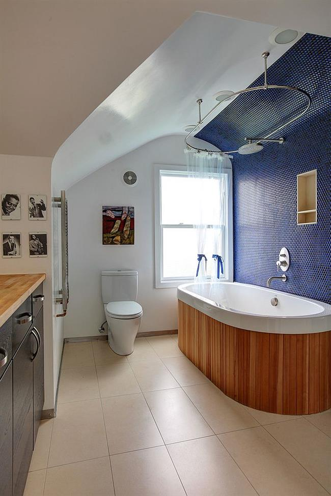 Эклектическая ванная с синей плиткой.