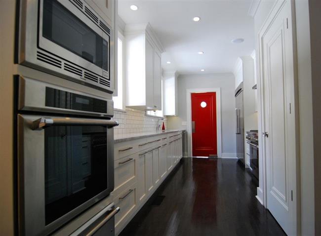 Яркая красная дверь в интерьере кухни.
