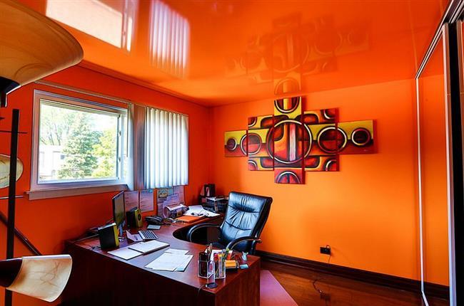Оранжевый кабинет со светоотражающим потолком.