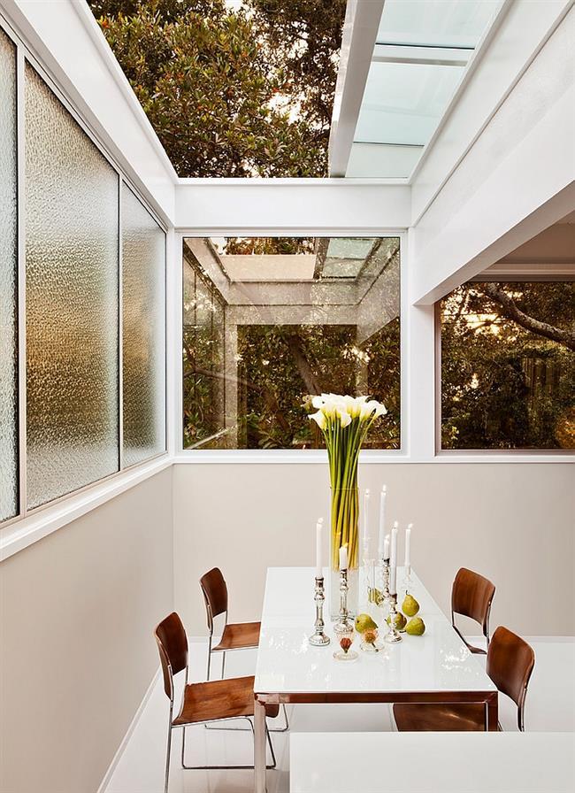 Стильная столовая с выдвижным мансардным окном.