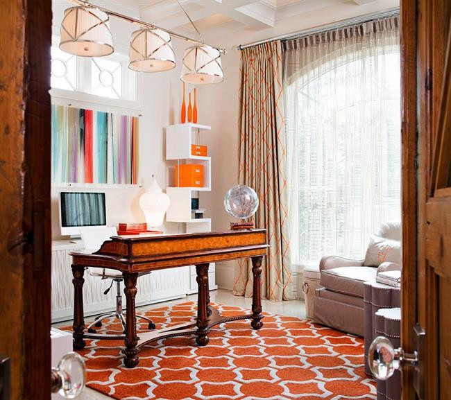 Домашний кабинет с яркими оранжевыми элементами.