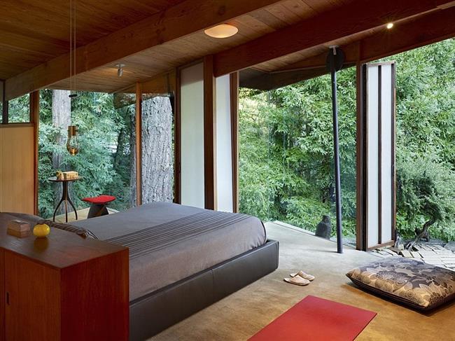 Стильная серо-красная спальня загородного дома.