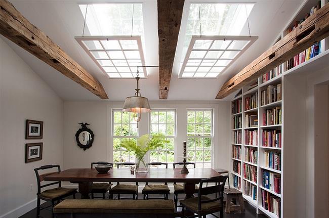 Столовая в деревенском стиле с мансардными окнами.