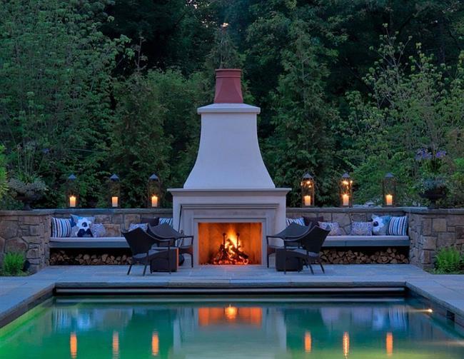 Уютная гостиная с камином во внутреннем дворике.