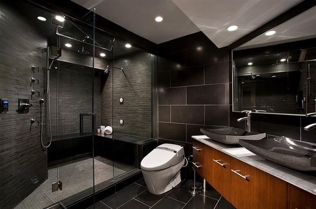 Небольшая ванная комната с черной матовой плиткой.