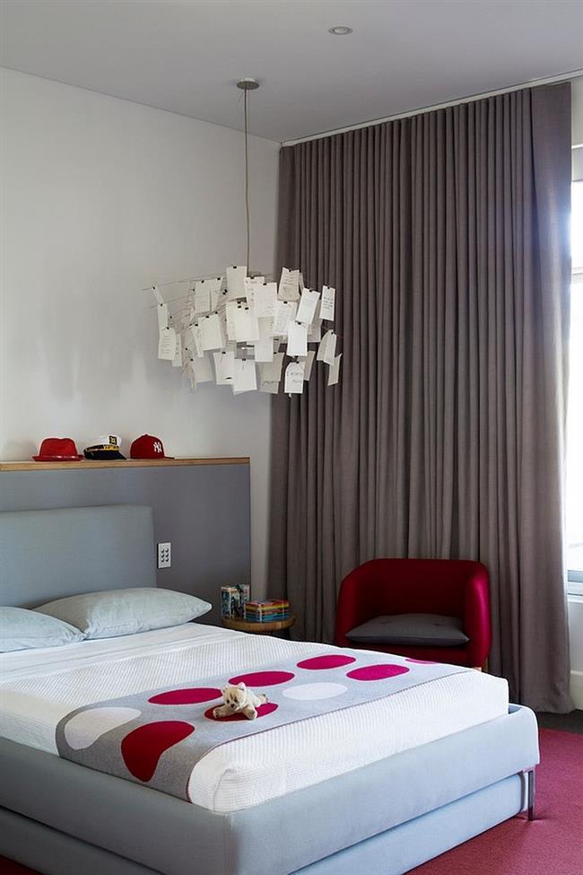Серая спальня с элементами яркого красного и вишневого цветов.