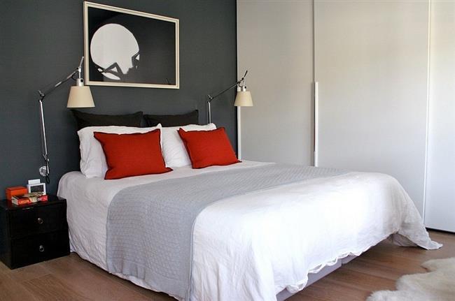 Удачное сочетание красного и серого цветов в интерьере спальни.