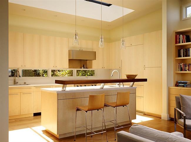 Небольшая кухня с открытой планировкой.