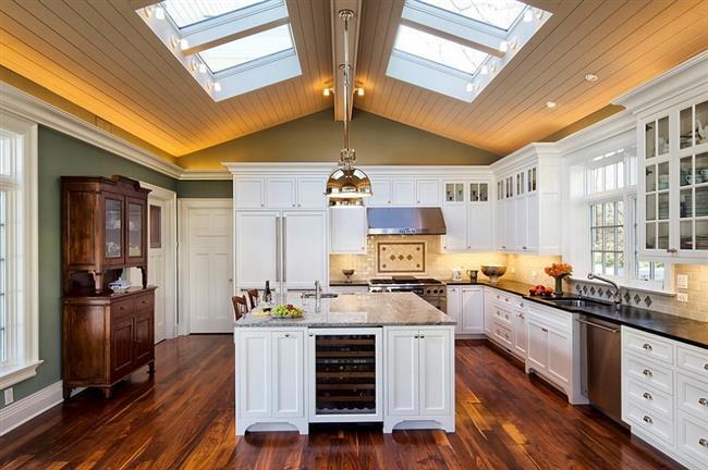 Мансардные окна в скошенном потолке кухни.