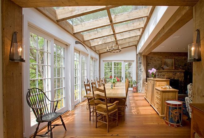 Уникальная столовая с большими мансардными окнами.