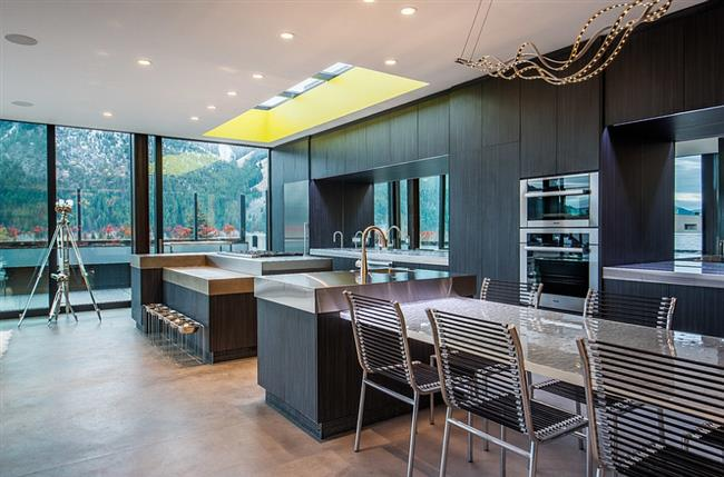Панорамные и мансардные окна в современной кухне.