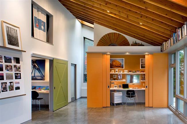 Яркий оранжевый офис в холле дома.
