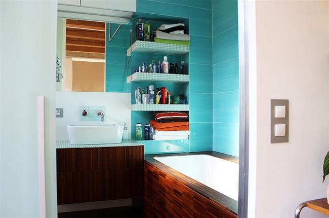Бирюзовая плитка в интерьере небольшой ванной комнаты.