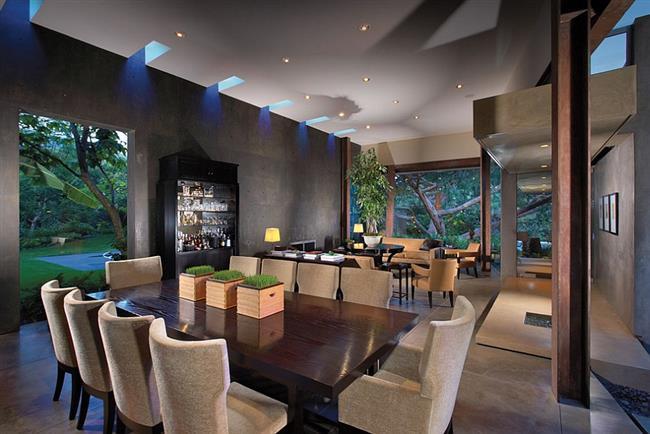Столовая с мансардными окнами от Prestige Builders.