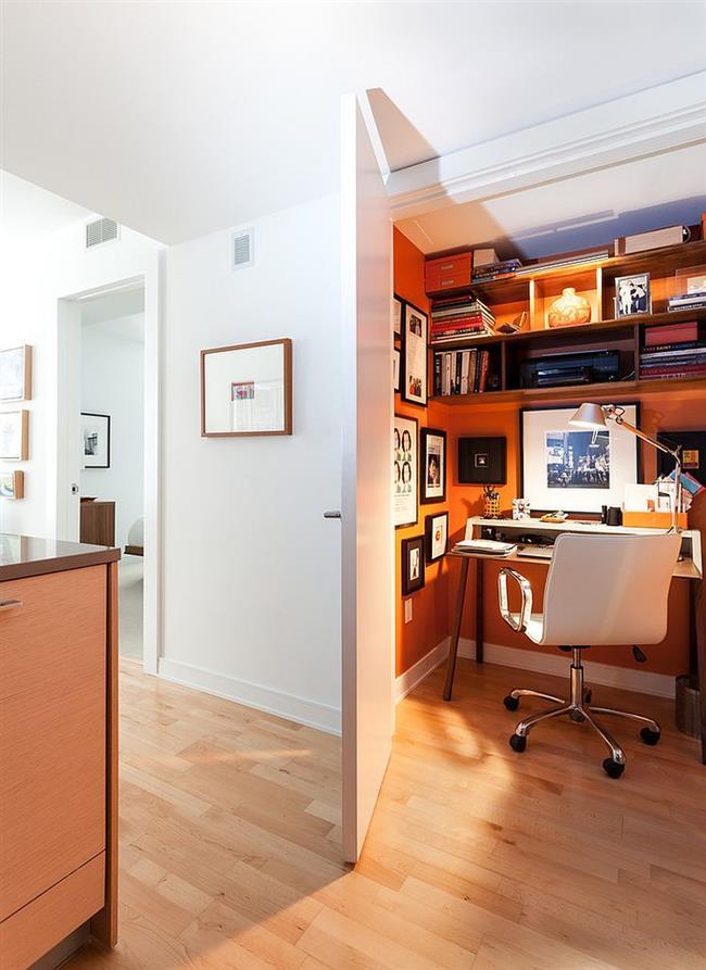 Маленький оранжевый офис на кухне.