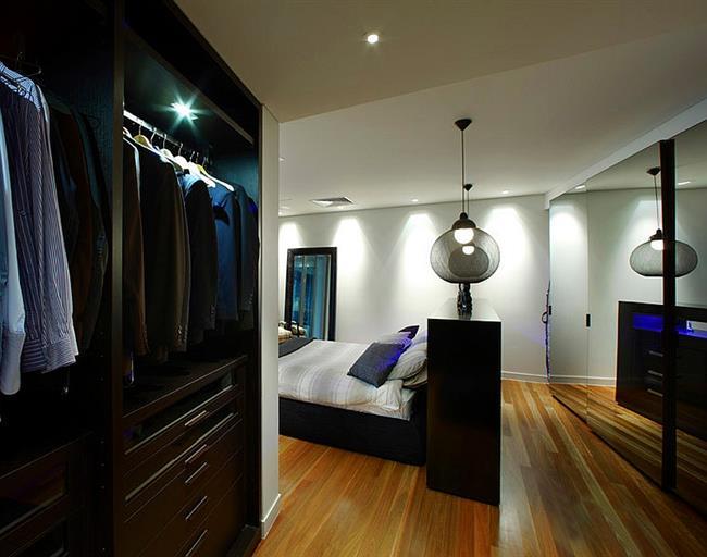 Светильники черного цвета в интерьере спальни.