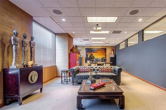 Просторный офис в азиатском стиле с мебелью из красного дерева.