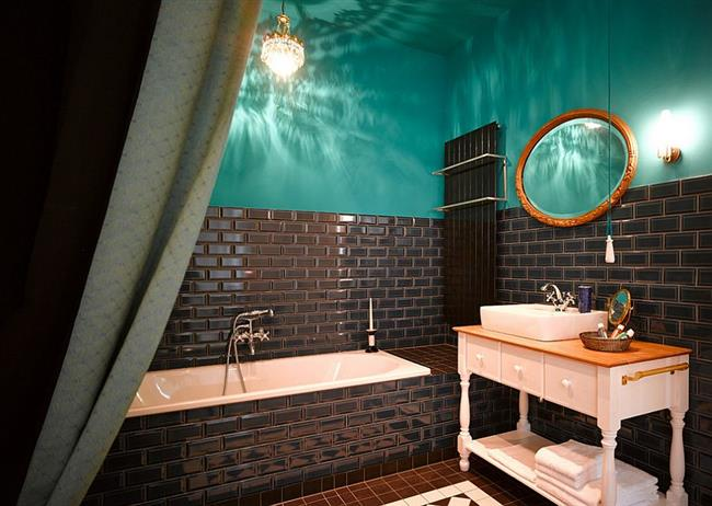 Стильная ванная с бирюзовыми стенами.