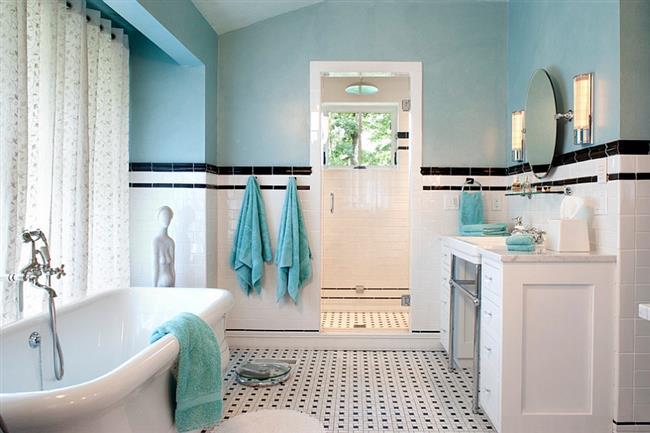 Ванная комната в классическом стиле с акцентами голубого.