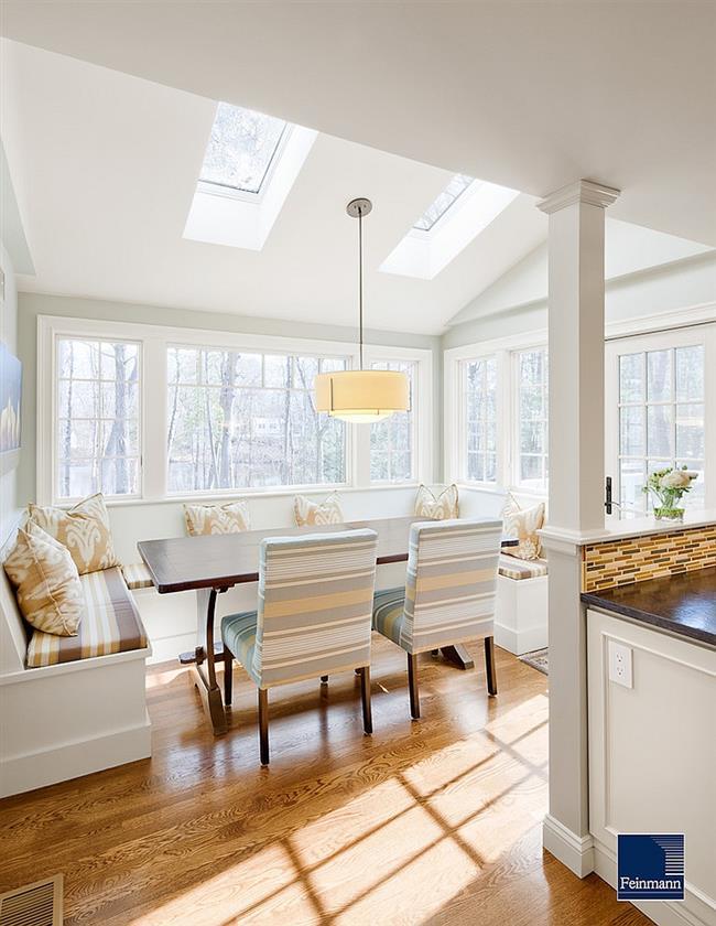 Уютная столовая с прямоугольными мансардными окнами.