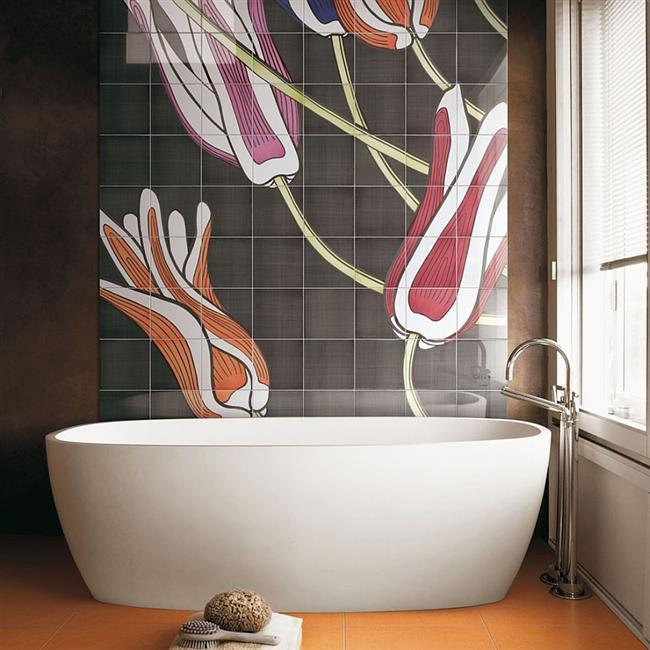 Стильная ванная с декоративной оранжевой плиткой.