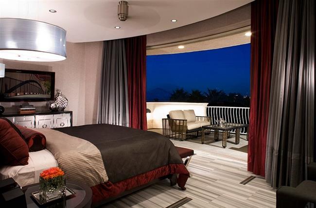 Классическая спальня в серых и темно-красных тонах.