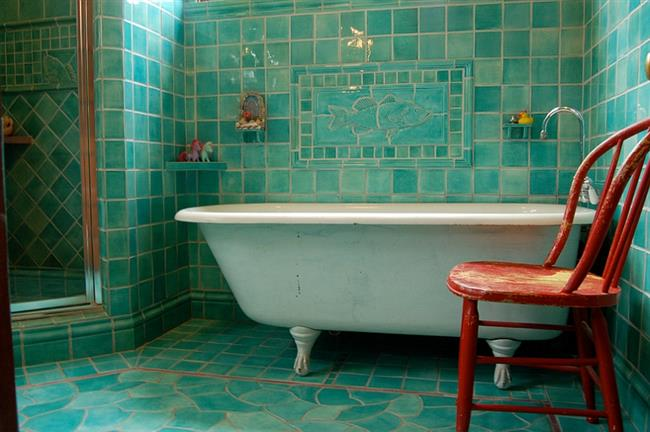 Яркая ванная с бирюзовой плиткой.