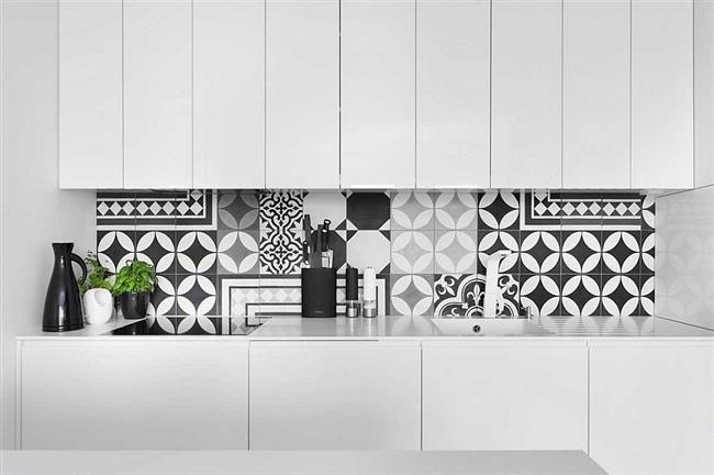 Стильная черно-белая плитка с геометрическими узорами.