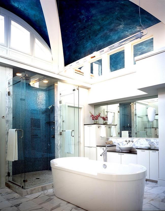 Роскошная ванная комната в эклектическом стиле.