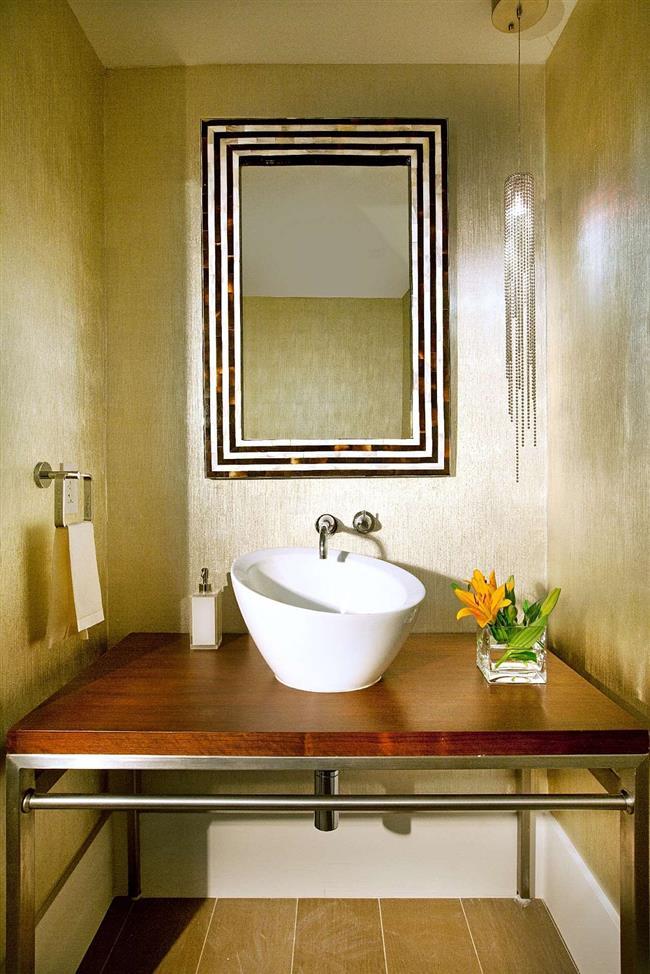 Небольшая дамская комната с золотыми элементами.