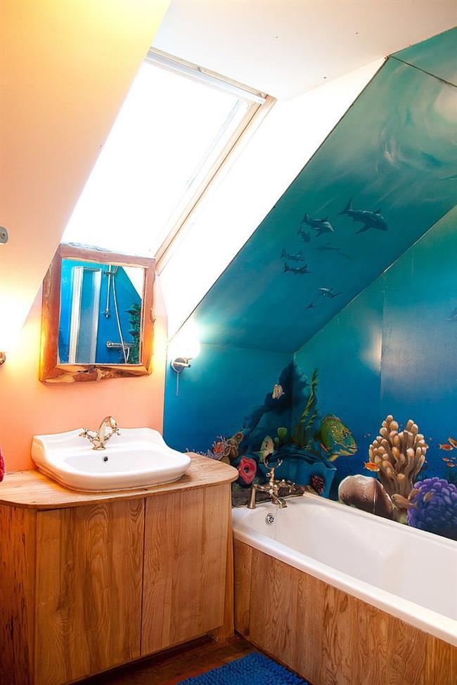 Синие водонепроницаемые обои в стильной ванной.