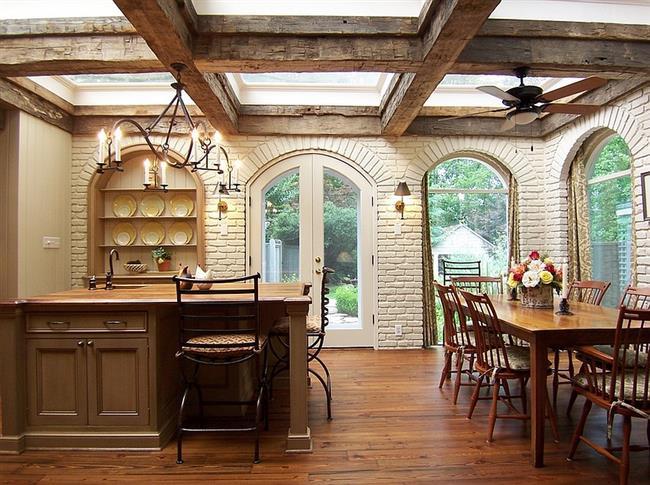 Мансардные окна с балками в деревенской кухне.