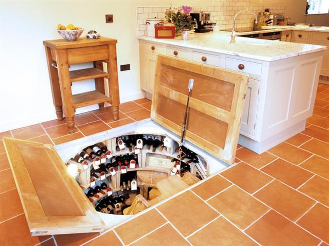 Небольшой и компактный винный погреб на кухне.